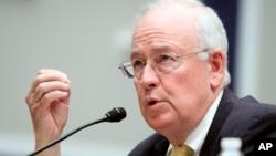 Fotografía de archivo del 8 de mayo de 2014 del entonces rector de la Universidad de Baylor, Ken Starr, mientras testifica ante una comisión de la Cámara de Representantes de Estados Unidos. (Foto AP)
