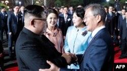 El líder de Corea del Norte, Kim Jong Un (i), y el presidente de Corea del Sur, Moon Jae-in (d), se despiden durante la ceremonia de clausura de la cumbre intercoreana en la aldea fronteriza de Panmunjom.