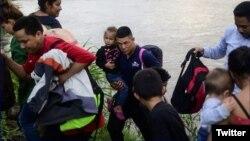 Migrantes detenidos al entrar de forma irregular a Guatemala. (Twitter/Diario El País de Honduras)