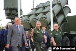 Borisov (izquierda) salió de las filas castrenses y se convirtió en todo un empresario-científico en la esfera armamentista.