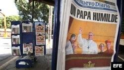 MAN01. MANAGUA (NICARAGUA), 14/03/2013.- La fotografía del papa Francisco saludando después de su elección encabeza hoy, jueves 14 de marzo de 2013, las primeras páginas de varios diarios en un puesto de venta de periódicos en Managua (Nicaragua).