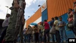 FFAA de Venezuela cuidando los establecimientos alimentarios.