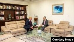 Donald Trump en encuentro privado con el premier Lee Hsien Loong.