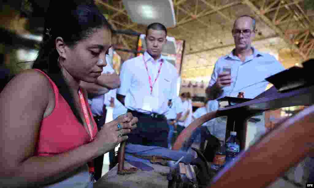 Una torcedora elabora un puro en la Feria Internacional de La Habana. EFE