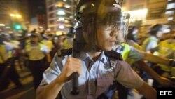 Policias y manifestantes se enfrentan en Hong Kong