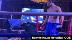 Gianny García observa cómo el árbitro y el médico atienden a Bueney, tras propinarle espectacular KO.