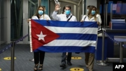 Llegada de médicos cubanos a Panamá el 24 de diciembre de 2020. (AFP PHOTO / Aeropuerto Tocumen).