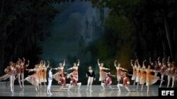 """Foto de archivo. Bailarines danzan durante la representación de """"El Lago de los Cisnes"""", del compositor Piotr Chaikovsky, en la 8ª edición del Festival Internacional Mariinsky en San Petersburgo, Rusia."""