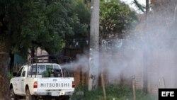 Archivo: Un vehículo del sector de salud fumiga los lugares que son foco del Dengue en Santa Cruz Bolivia.