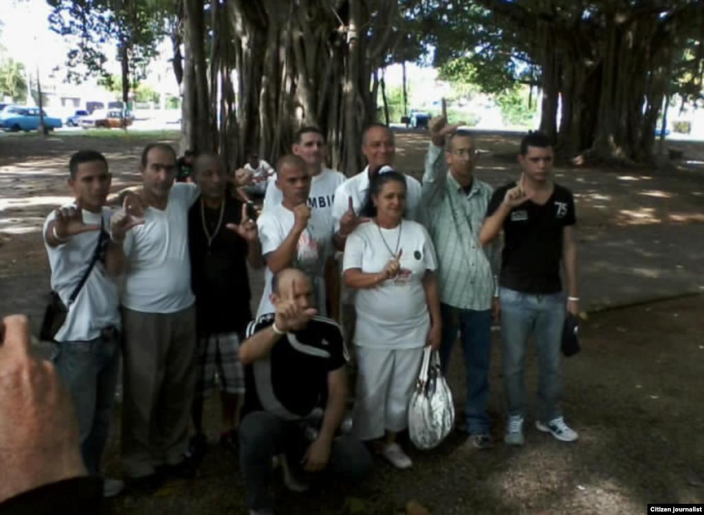 Diez cubanos excarcelados se reúnen el 11 de enero en el Parque Gandhi La Habana para encontrarse con las Damas de Blanco.