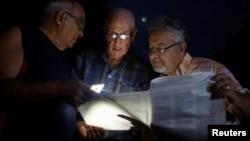 Cubanos leen proyecto de reforma constitucional.