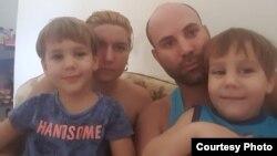 Reinier Merodio Abreu junto a su esposa, Rachel Perez Ruiz, y sus dos hijos.