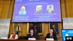 Los miembros del comité del premio Nobel (izq-dcha) Olga Botner, Goran K. Hansson y Mats Larsson.