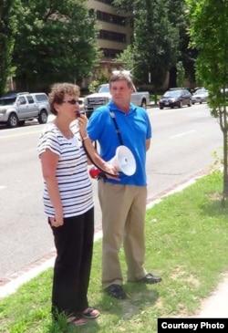 Bonnie Rubinstein, hermana de Gross, protesta ante la Sección de Intereses de Cuba en Washington.