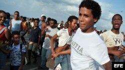 Jóvenes cubanos bailan durante un desfile. EFE