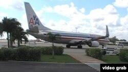 Un avión de American Airlines abandona la Terminal 2 del Aeropuerto Internacional José Martí de La Habana.