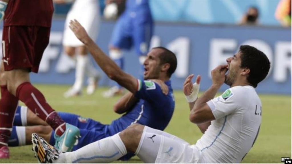 El mordisco de Suárez... El jugador italiano, Giorgio Chiellini (izquierda), muestra su hombro y reclama que fue mordido por el delantero uruguayo Luis Suárez (derecha), durante el partido de la ronda preliminar del grupo D de la Copa Mundial de la FIFA 2014 en el Estadio Arena das Dunas en Natal, Brasil, 24 de junio de 2014.