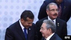 Ollanta Humala conversa con Raúl Castro durante la VII Cumbre de jefes de Estado y de Gobierno de las Américas.