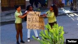 Agentes de la Seguridad del Estado arrestan a la líder de las Damas de Blanco, Berta Soler, durante el 175 domingo represivo en La Habana. (Foto: Angel Moya)