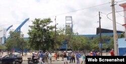 Fanáticos a la entrada del estadio Latinoamericano.