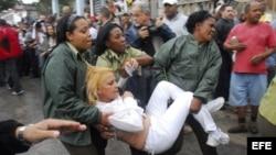 Fotografía de archivo de una Dama de Blanco detenida por las fuerzas represivas castristas.