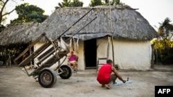 Un campesino trabaja frente a su bohío en el poblado de Jiguaní, en la provincia de Granma.