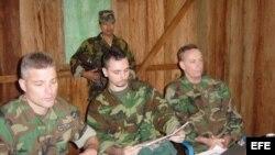 Foto Archivo. Los soldados estadounidenses Keith Stansell, Marc Gonsalves y Tom Howes (izda-dcha), fueron secuestrados por las FARC el 13 de febrero de 2003.