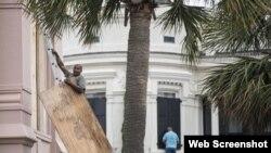 Floridanos protegen sus propiedades.