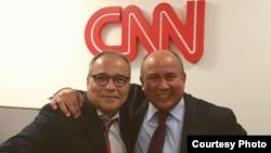 El Dr. Soto a punto de aparecer en 2018 en el programa que el periodista Camilo Egaña conduce en CNN en español