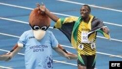 Usain Bolt de Jamaica celebra el triunfo en la final de 100 metros en Moscú.