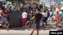 Los carretilleros volcaron sus productos para que los vecinos se los llevaran en Vista Alegre Holguín el pasado 14 de enero.
