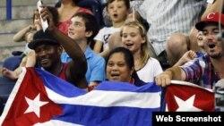 Aficionados de Cuba celebran la victoria de su equipo femenino de baloncesto ante Argentina tras un partido preliminar el jueves 16 de julio.