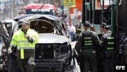 Policías inspeccionan los vehículos afectados por la explosión de una bomba que causó la muerte a tres personas y por lo menos heridas a otras diecinueve hoy, martes 15 de mayo de 2012, en Bogotá (Colombia).