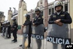 Policías peruanos montan guardia frente a una instalación policial en Lima donde Keiko Fujimori permanece bajo arresto.