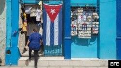 Una tienda dentro de una vivienda vende banderitas cubanas a los turistas. EFE