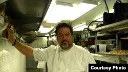 El chef Alex García posa durante una entrevista en su nuevo restaurante Copacabana Supper Club, en la primera planta del edificio que alberga el salón de baile Copacabana, en el corazón de Times Square en Nueva York.