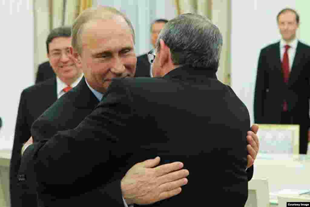 Abrazo entre Putin y Castro