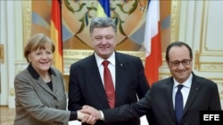 El presidente francés Francois Hollande y la canciller alemana Angela Merkel, al inicio de una gira relámpago para mediar entre Kiev y Moscú.