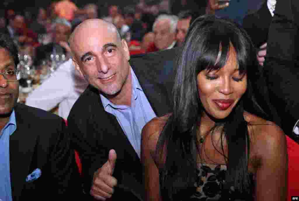 El hijo del exgobernante cubano Fidel Castro, Alejandro Castro (c), posa con la modelo británica Naomi Campbell (d) durante la cena de gala que cerró el XVII Festival Internacional del Habano