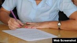 Una estudiante de preuniversitario toma un examen en un centro docente de Sancti Spíritus. (Foto: Escambray)