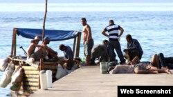 La noticia de la llegada de balseros cubanos a islas Caimán publicada en Cayman Compass.