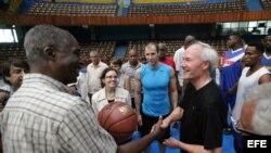El gobernador de Arkansas, Asa Hutchinson (d), entrega un balón autografiado a Ruperto Herrera (i), comisionado de baloncesto de Cuba.