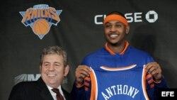 El jugador de baloncesto Carmelo Anthony (d) posa con el director del Madison Square Garden, James Dolan (i), en foto de archivo