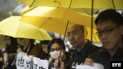 Simpatizantes del movimiento Occupy Central ante la Comisaría Central de la Policía en Sheung Wan, Hong Kong (diciembre 3, 2014).