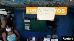 """""""No se aceptan CUC"""", reza un cartel en un puesto de venta de especias en La Habana. REUTERS/Stringer"""