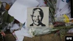 Un retrato del expresidente sudafricano Nelsom Mandela decora un acceso al hospital en el que permanece ingresado, en Pretoria, Sudáfrica