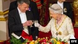 El presidente de Colombia, Juan Manuel Santos (i), brinda con la reina Isabel II durante un banquete de estado en el Palacio de Buckingham. (Archivo)