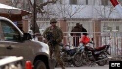 Un soldado estadounidense monta guardia a la entrada del Ministerio del Interior afgano en Kabul, Afganistán, el sábado 25 de febrero de 2012.