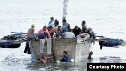 En embarcaciones rústicas como esta los cubanos se hacen a la mar esperando llegar a EEUU con escalas en Islas Caimán y Centroamérica.