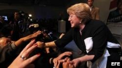 La candidata presidencial por la Coalición Nueva Mayoría (Partido Socialista PS, Partido Por La Democracia PPD y el Partido Comunista), Michelle Bachelet (d), festeja con sus seguidores.
